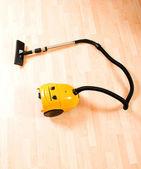 磨かれた木製の床に掃除機 — ストック写真