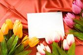 Koperty i kwiaty na tle satyna — Zdjęcie stockowe