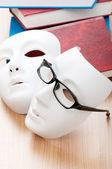 Lezing concept met maskers, boeken en glazen — Stockfoto