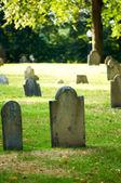 Cimetière avec nombreuses pierres tombales sur la journée ensoleillée — Photo