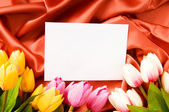 Envelope e flores sobre o fundo de cetim — Foto Stock