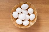 De nombreux œufs blancs sur la table en bois — Photo