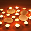 Burning candles and pebbles for aromatherapy session - Foto Stock