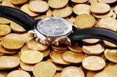 время это деньги концепция смотреть и монеты — Стоковое фото