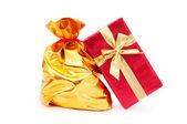 Geschenkdozen en gouden zakken — Stockfoto