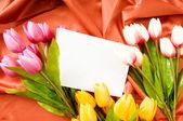 Enveloppe et fleurs sur fond satin — Photo