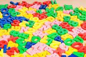 Los niños letras y dígitos en la mesa — Foto de Stock