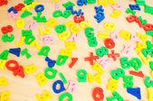 子供たちの文字と数字、テーブルの上 — ストック写真