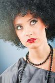 Jeune fille séduisante avec coupe de cheveux bouclé afro — Photo