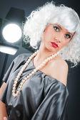 Chica atractiva joven con en el estudio de rodaje — Foto de Stock