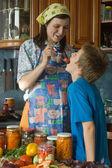 Familia amistosa en cocina. — Foto de Stock