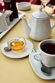 Honey and tea — Stock Photo