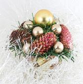 Arbre de noël avec une pomme de pin en guirlande — Photo