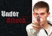 Tipo collage con una pistola. a punta de pistola. bajo ataque — Foto de Stock