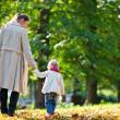 Mother and daughter walking in park — Foto Stock