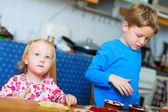 Dwoje dzieci do pieczenia — Zdjęcie stockowe
