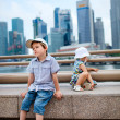 Two kids in big modern city — Stock Photo
