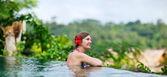 Kobieta relaks w basenie — Zdjęcie stockowe