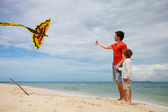 Dad and son flying kite — Stock Photo