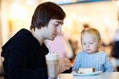 父亲和女儿在咖啡馆 — 图库照片