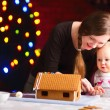 Decorating gingerbread house — Stock Photo
