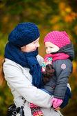 Mère et fille au parc automne — Photo