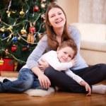 mor och son vid jul — Stockfoto