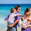 Family of four looking to ocean — Stock Photo