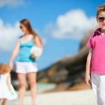 matka s dětmi na tropické pláži — Stock fotografie