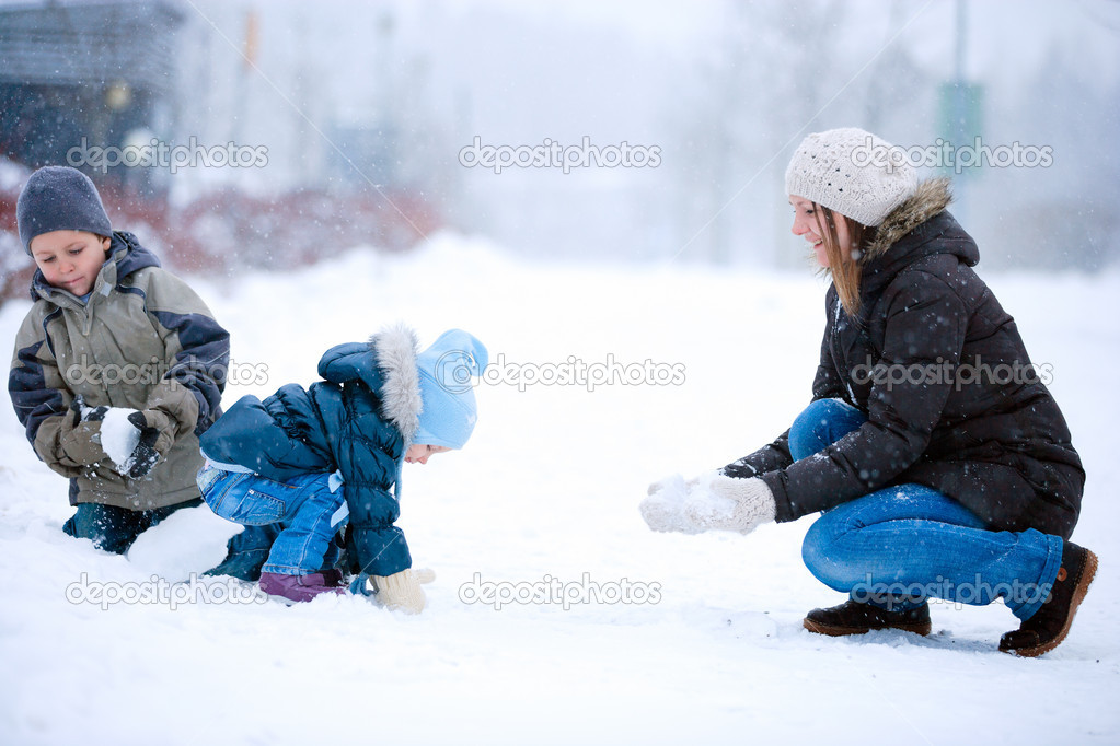 Mother and two kids having fun outdoors on beautiful winter day — Stock Photo #4661697