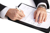 Businessman signing a contract — Stockfoto