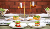 Mum ışığında romantik akşam yemeği için iki — Stok fotoğraf