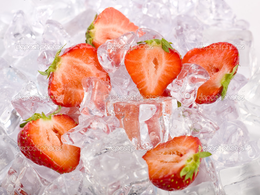 Ice Strawberries. Fresh strawberries with ice cubes — Stock Photo #4695527