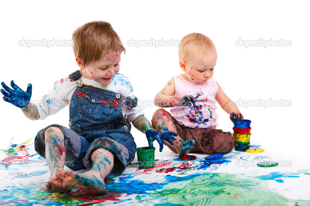Cute 5 years old boy and toddler girl painting on white background — Stock Photo #4729582