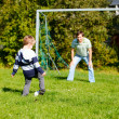 Family playing football — Stock fotografie