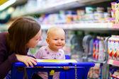 Family in supermarket — Stock fotografie