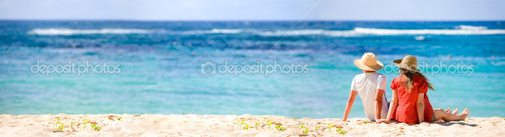 Panoramic photo of romantic couple in tropical paradise — Stock Photo #4730482