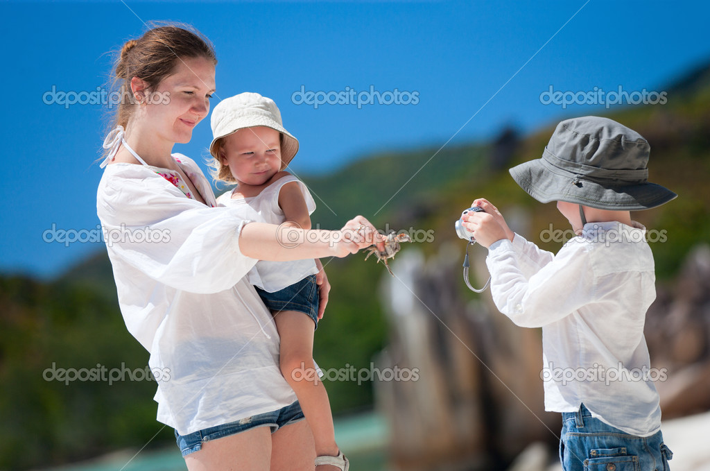 Little boy photographing his mother and little sister — Stock Photo #4730577