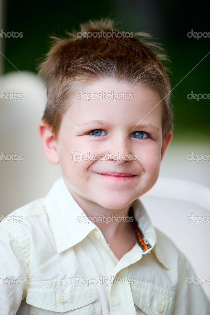 Outdoor portrait of cute little boy smiling — Stock Photo #4748218