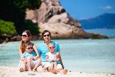 Rodzina z dwójką dzieci na wakacje — Zdjęcie stockowe