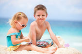 Two kids playing together at beach — Стоковое фото