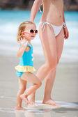 мать и дочь на пляжный отдых — Стоковое фото