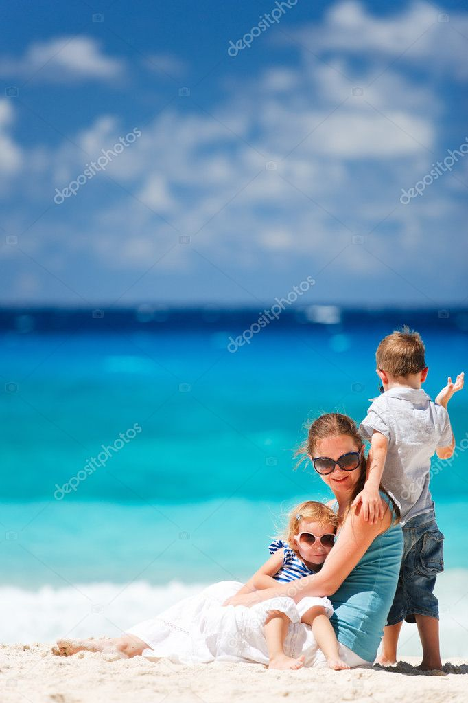 Mother with son and daughter on beach vacation — Stock Photo #4919178