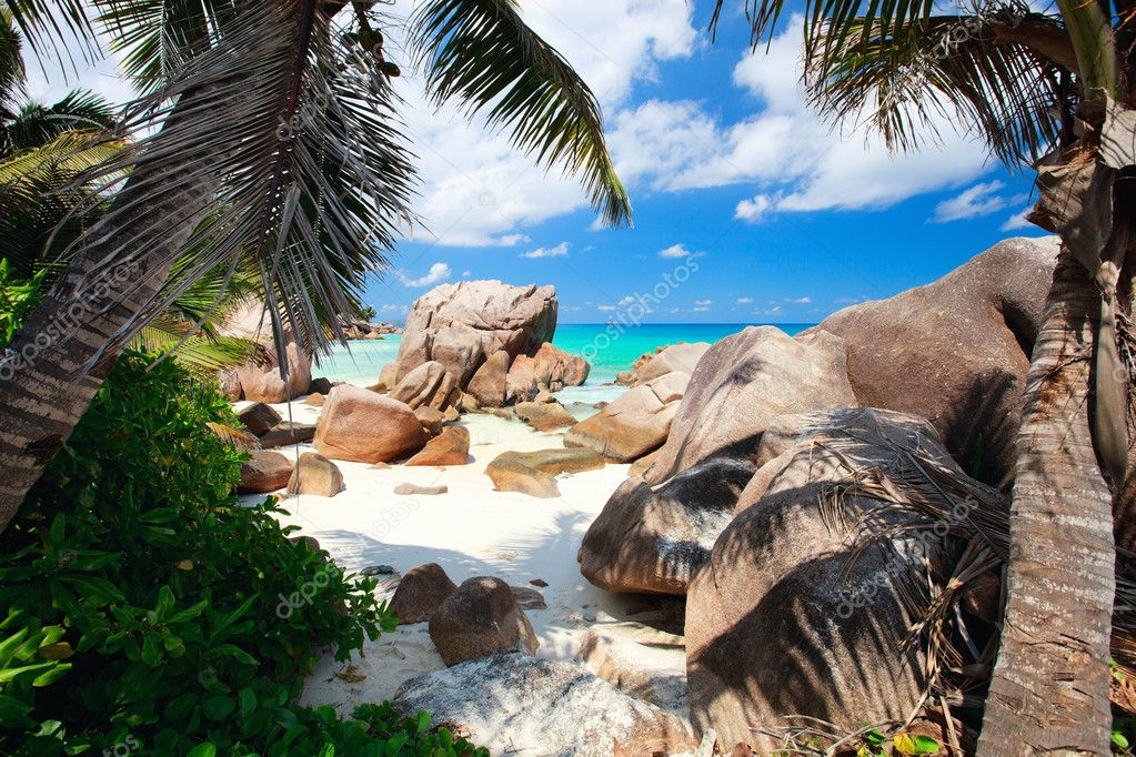 Beautiful little secluded beach at La Digue island in Seychelles — Stock Photo #5035773
