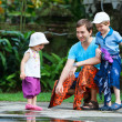 Father and two kids at Bali temple — 图库照片