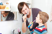 Father and son brushing teeth — Fotografia Stock