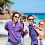 famiglia con due bambini in vacanza — Foto Stock