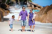 Młode rodziny spaceru wzdłuż plaży — Zdjęcie stockowe