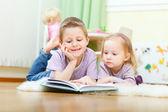 Irmão e irmã lendo — Foto Stock