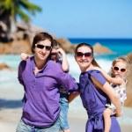 rodina s dvěma dětmi na dovolené — Stock fotografie